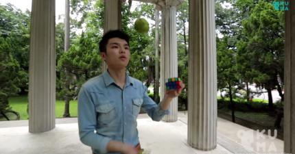 這個男生生出來就是為了要玩魔術方塊的。看他一手拋接2顆球,一手18秒輕鬆解開魔術方塊。