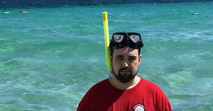 公司招待他免費到美麗小島旅遊,但他朋友卻一直拍到他臉上出現這樣的表情。原因太甜蜜了!