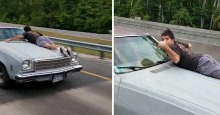 男子趴在高速移動車子  「一個手勢」司機秒懂:他老婆被偷了!