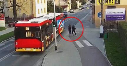 少女被朋友用力撞肩膀跌路邊 公車駛過「差點被爆頭」!