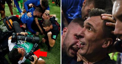 世足/克羅埃西亞贏球太爽 疊羅漢慶祝「壓爆記者」卻留下最珍貴的畫面