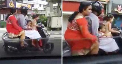 影/印5歲女童騎車4貼載全家 「爸媽坐後座夾3歲弟」荒謬畫面嚇呆路上駕駛!