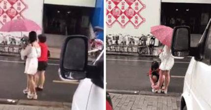 影/公主病女兒「路邊逼老母擦鞋」 路人看了搖頭:她媽肯定問題更大!