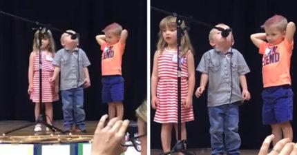 幼稚園舞台演唱兒歌小星星 小男童走音哼出「電影經典配樂」讓800萬網友笑翻!