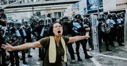 影/香港媽媽「肉身當盾牌」淚喊:為什麼要打小孩? 下秒「港警無情開轟」讓網心碎