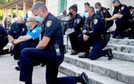 「非裔黑人案」全美失控 警「單膝跪地」與抗議民眾一起祈禱