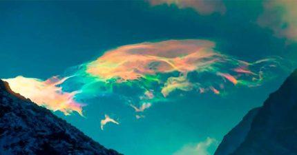 攝影師捕捉「彩虹雲飄過」夢幻瞬間 七彩籠罩天空就像異世界