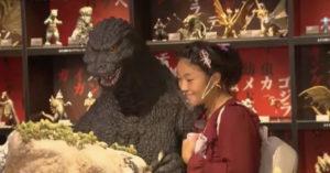 夢想「跟哥吉拉約會」!少女願望成真 跟哥吉拉夕陽下浪漫一吻