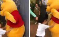 中國小孩突失控「狂揍小熊維尼」 陸媒報導急改名:這叫「噗噗熊」