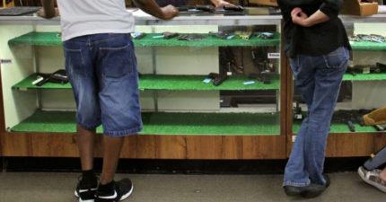 客人都是槍迷!笨賊堅持「舉槍劫槍店」全場傻眼